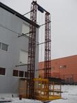 Смонтированный двухмачтовый грузовой подъемник в рабочем положении