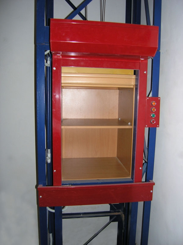 лифт в металлической шахте