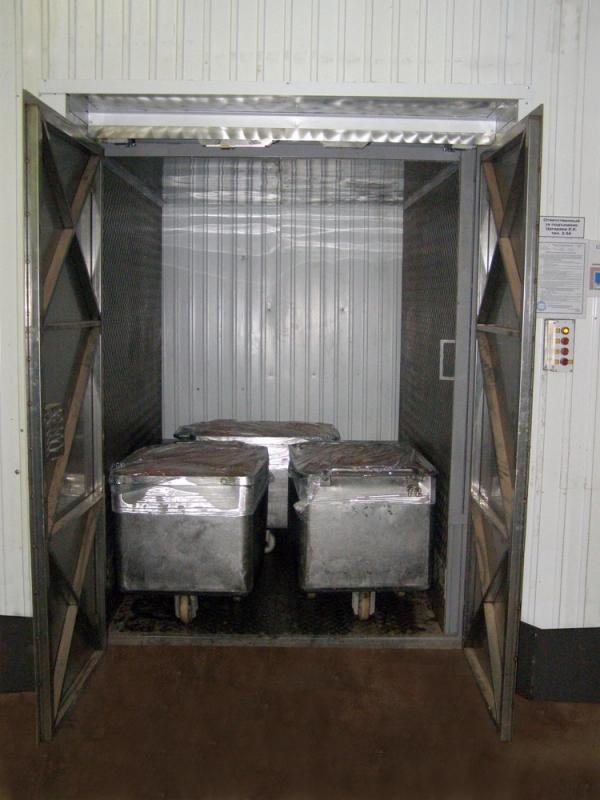 Шахтный грузовой подъемник на производстве