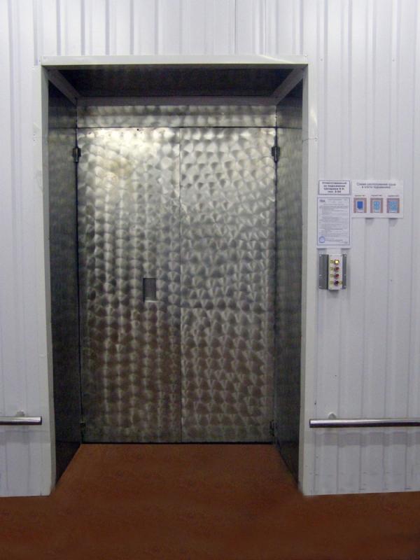 Шахтный грузовой лифт на производстве