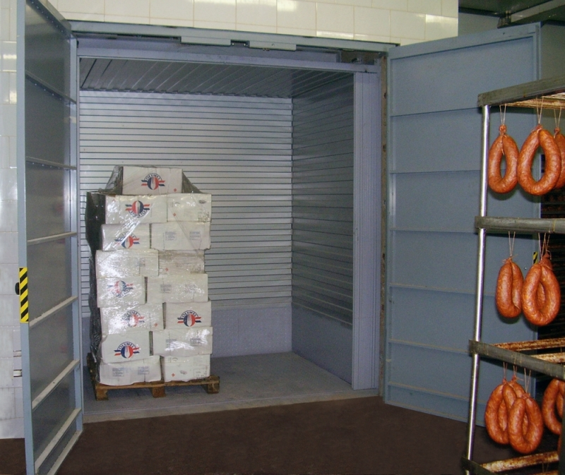Шахтный грузовой лифт на колбасном складе