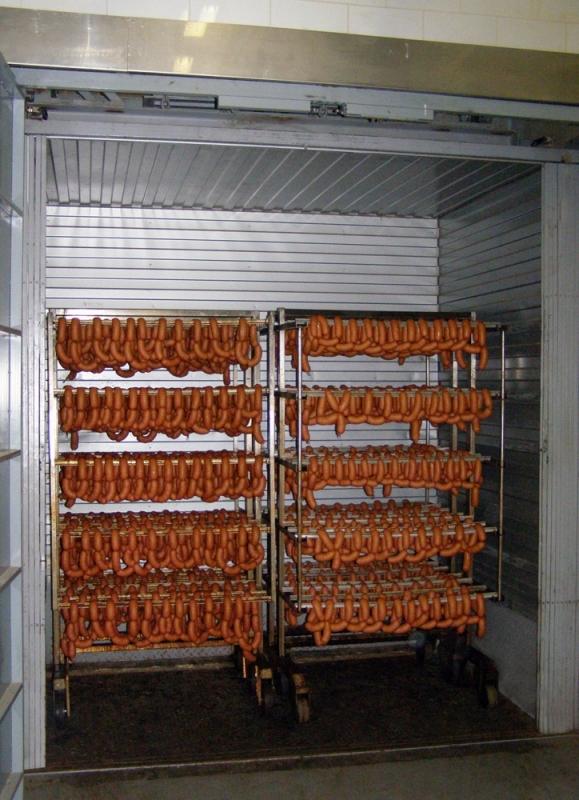 Шахтный грузовой подъемник на колбасном заводе